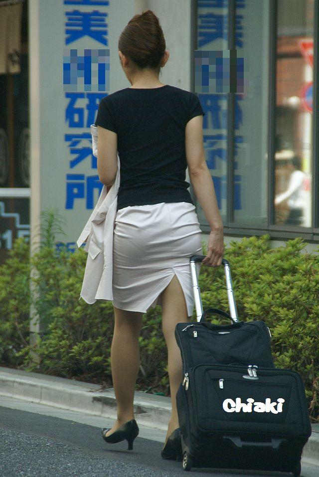 街撮り白タイトスカート美尻OL盗撮エロ画像16枚目