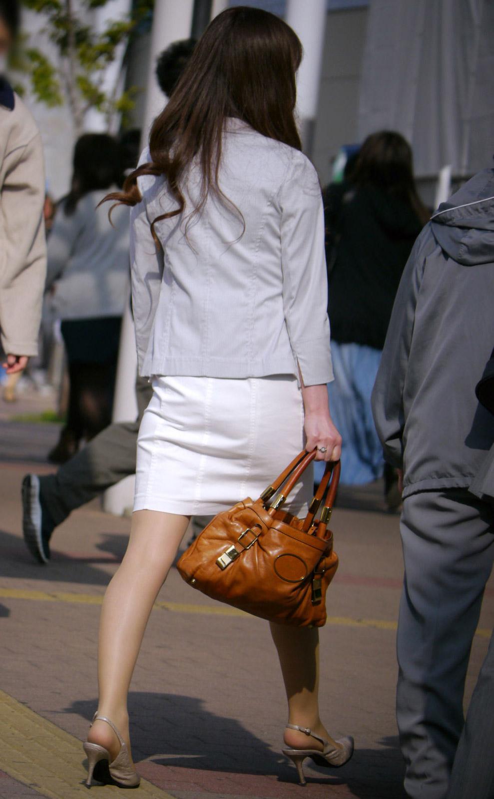 街撮り白タイトスカート美尻OL盗撮エロ画像17枚目