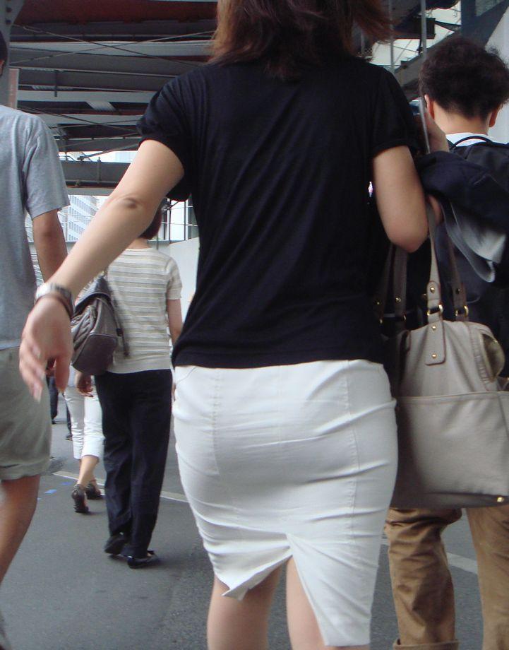 街撮り白タイトスカート美尻OL盗撮エロ画像19枚目