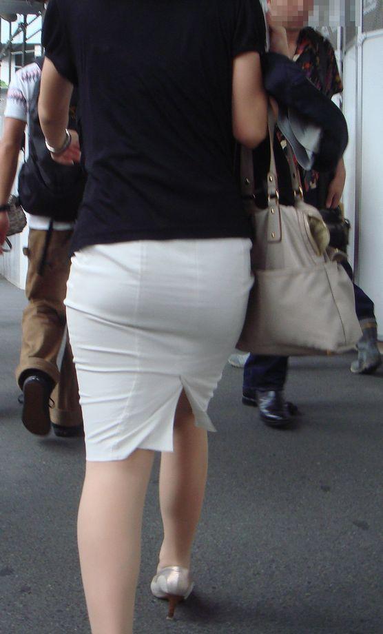 街撮り白タイトスカート美尻OL盗撮エロ画像20枚目