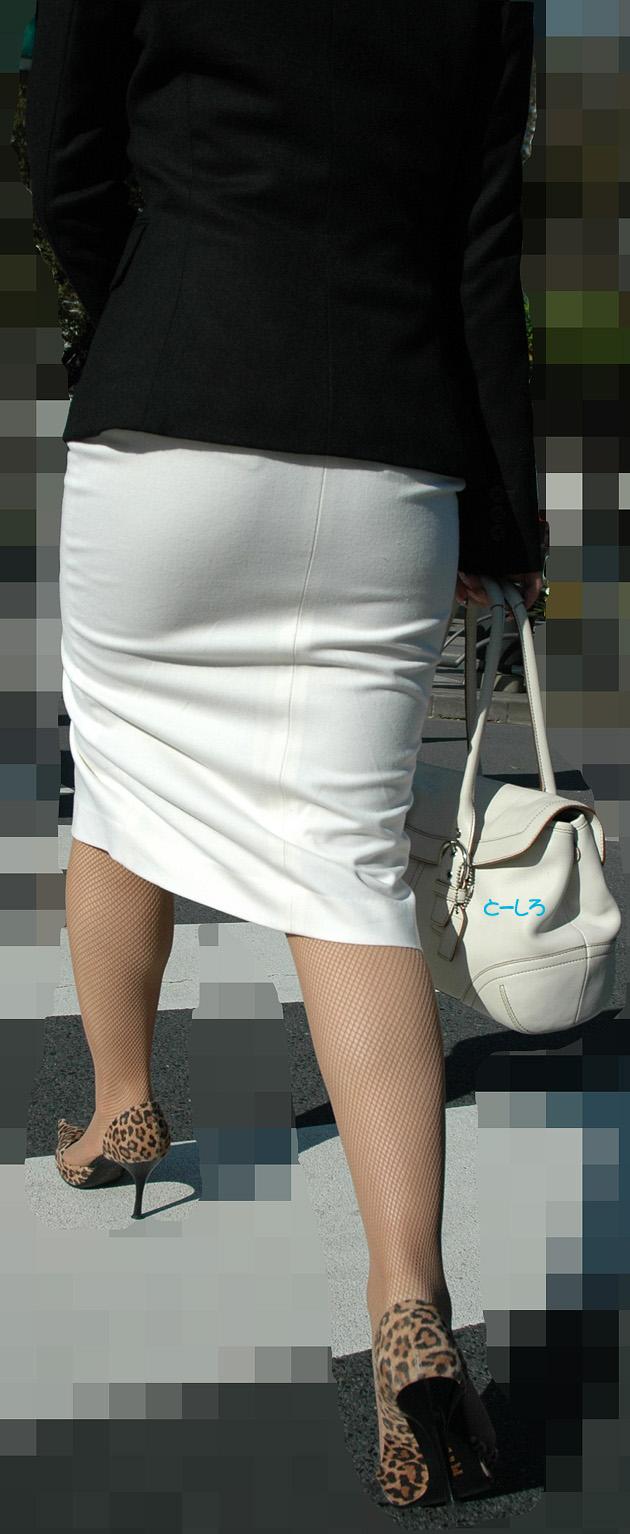 街撮り白タイトスカート美尻OL盗撮エロ画像21枚目