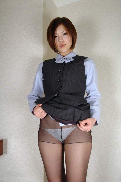 スカートたくし上げパンティ見せ痴女OLエロ画像17枚目