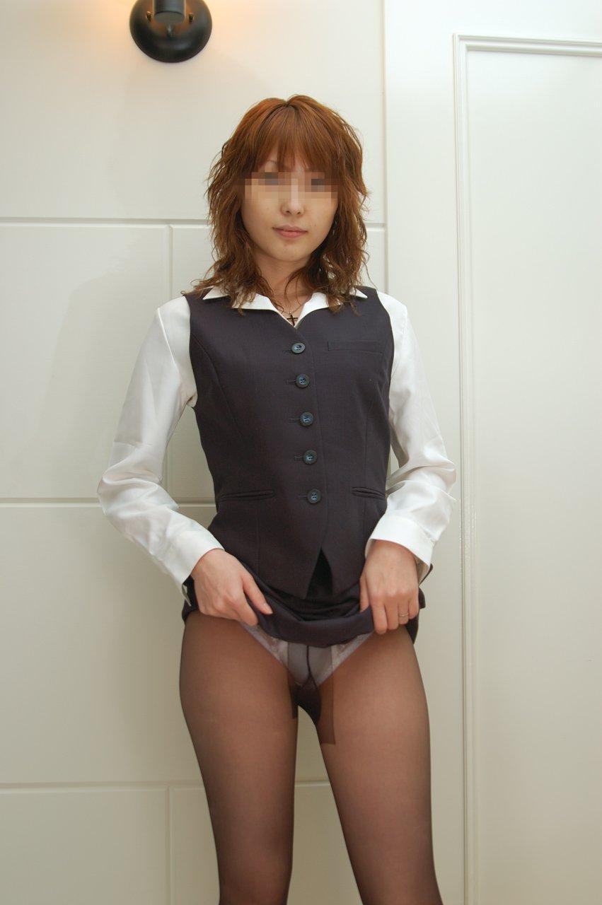 スカートたくし上げパンティ見せ痴女OLエロ画像19枚目