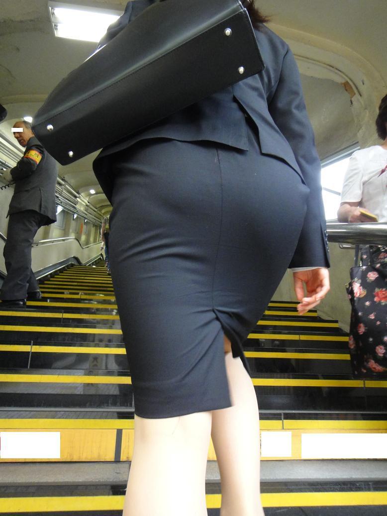 街撮りリクスーOLの黒タイトスカートエロ尻画像1枚目