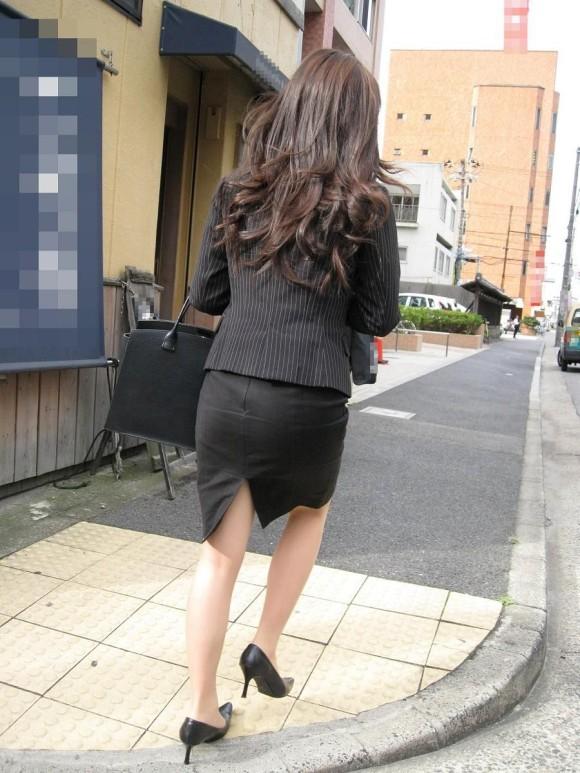 街撮りリクスーOLの黒タイトスカートエロ尻画像3枚目