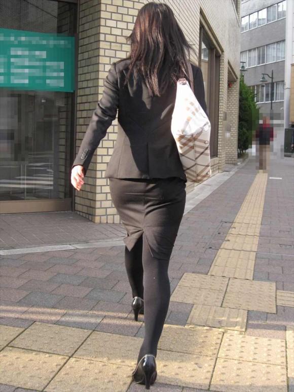 街撮りリクスーOLの黒タイトスカートエロ尻画像5枚目