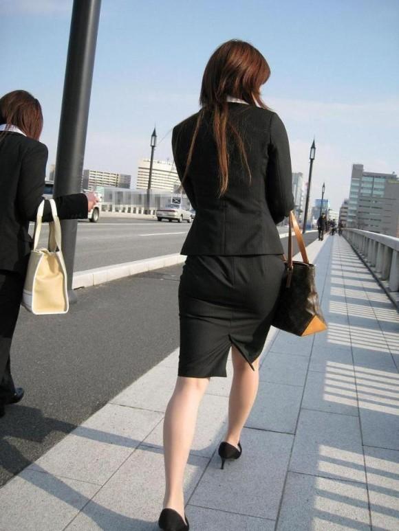 街撮りリクスーOLの黒タイトスカートエロ尻画像6枚目