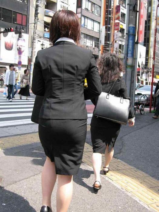 街撮りリクスーOLの黒タイトスカートエロ尻画像8枚目