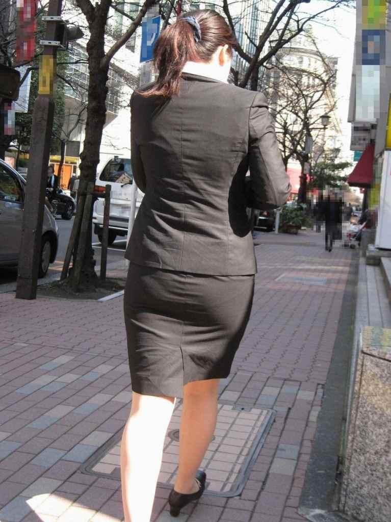街撮りリクスーOLの黒タイトスカートエロ尻画像9枚目