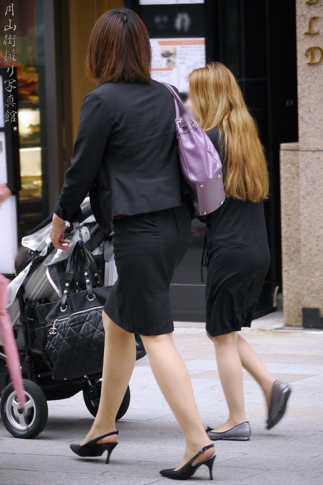街撮りリクスーOLの黒タイトスカートエロ尻画像10枚目