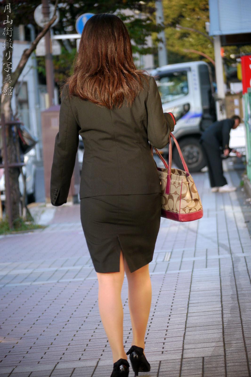 街撮りリクスーOLの黒タイトスカートエロ尻画像11枚目