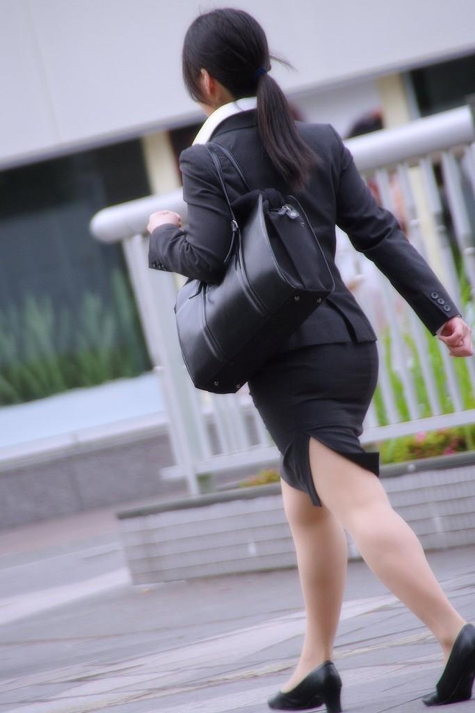 街撮りリクスーOLの黒タイトスカートエロ尻画像13枚目