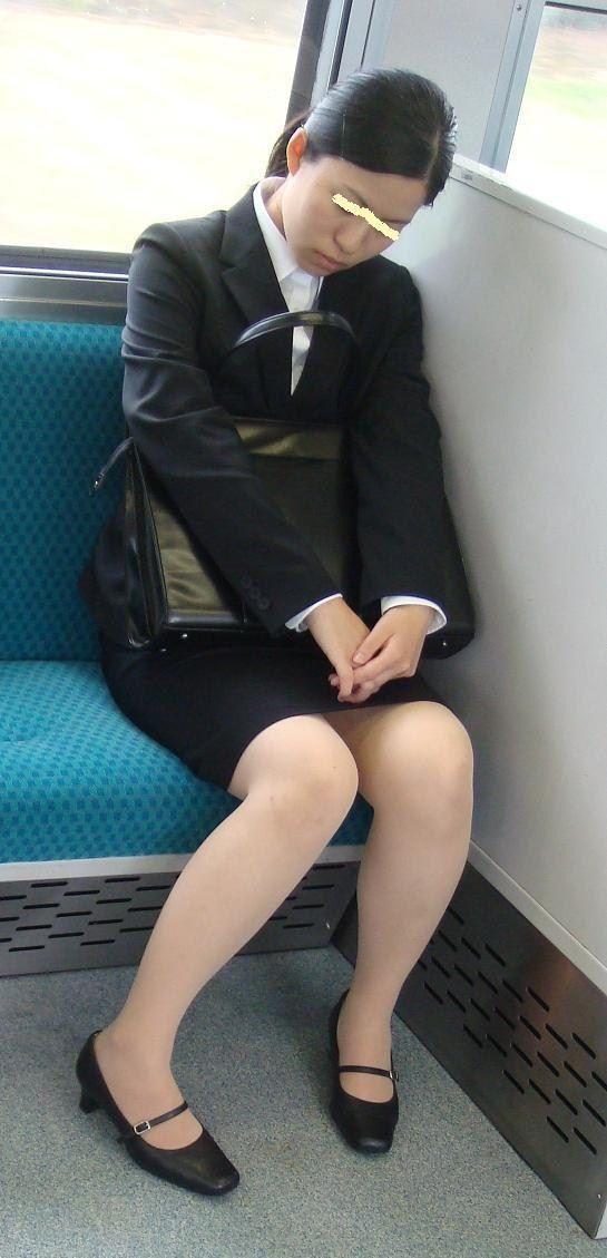 対面電車美脚素人OL三角パンチラ盗撮エロ画像10枚目
