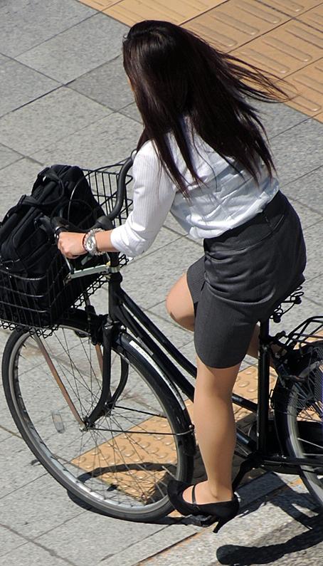 タイトスカート自転車通勤美尻ラインOLエロ画像7枚目