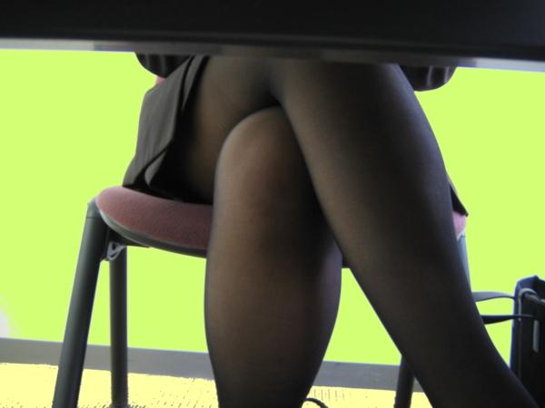 机の下三角ゾーンパンチラ誘惑痴女OLエロ画像4枚目