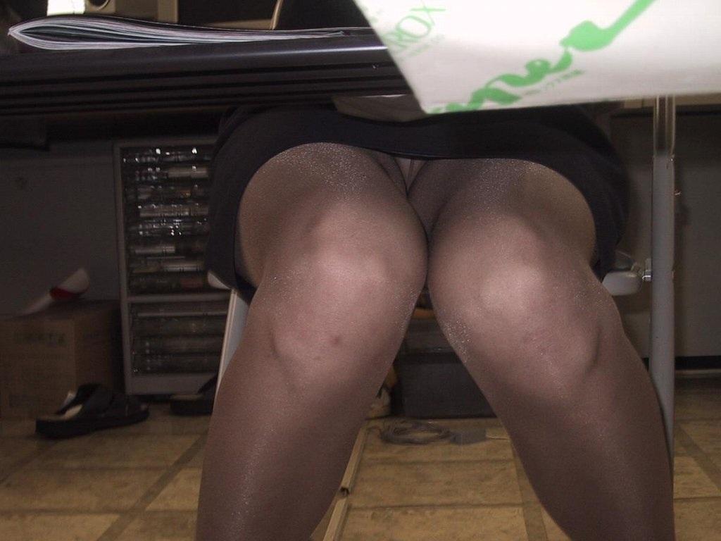 机の下三角ゾーンパンチラ誘惑痴女OLエロ画像6枚目
