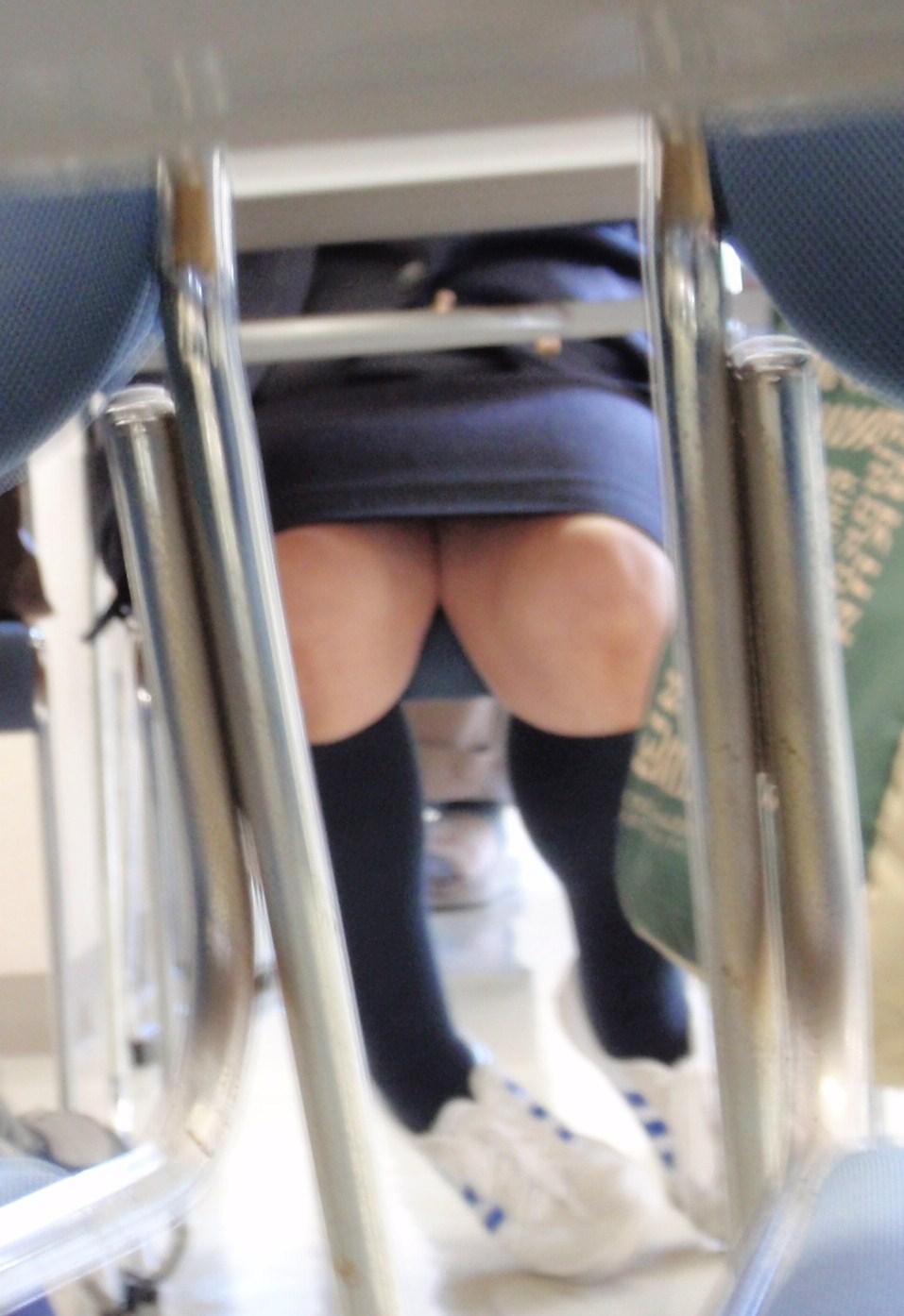 机の下三角ゾーンパンチラ誘惑痴女OLエロ画像17枚目