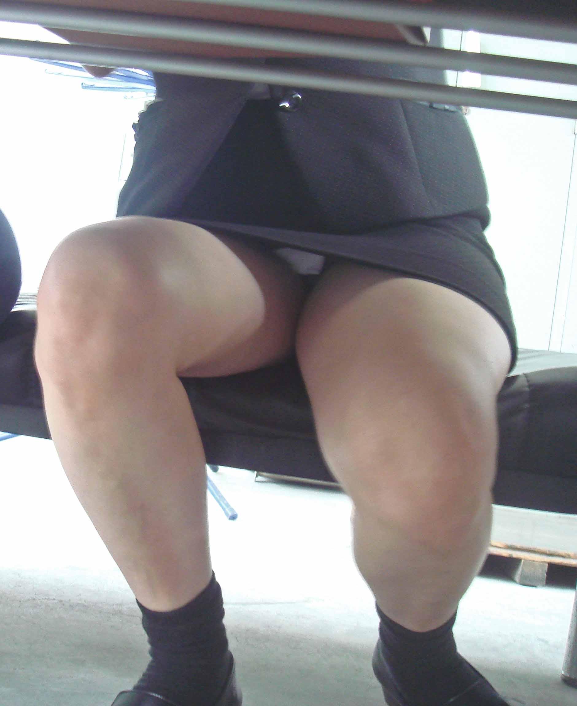 机の下三角ゾーンパンチラ誘惑痴女OLエロ画像18枚目