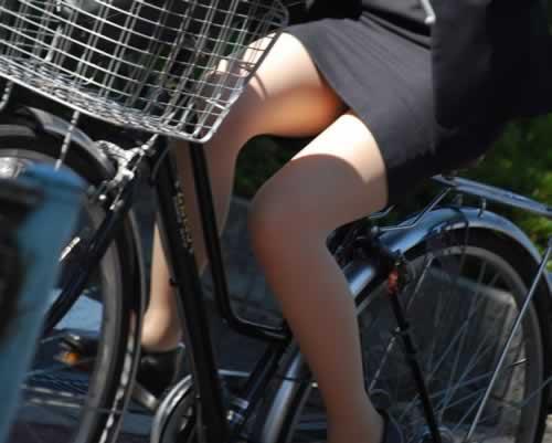 タイトスカートで自転車を漕ぐ美脚がエロイOL画像5枚目