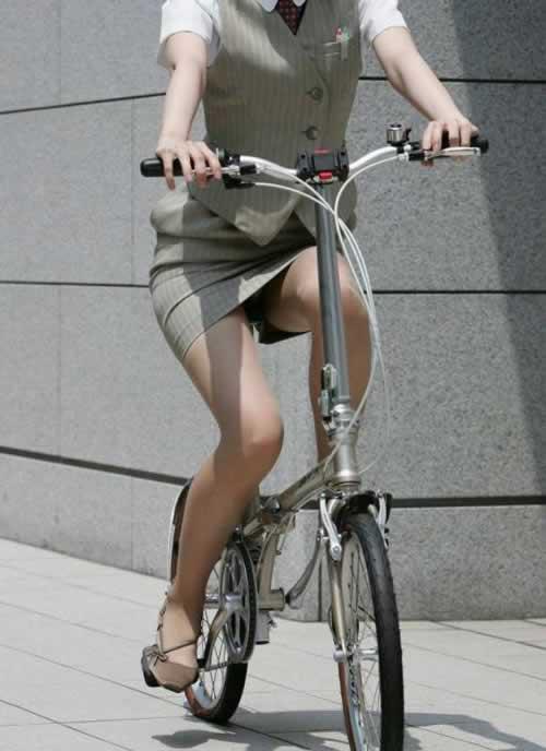 タイトスカートで自転車を漕ぐ美脚がエロイOL画像7枚目