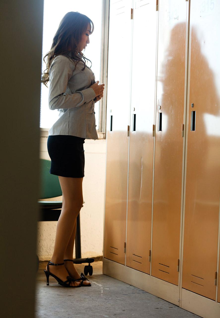 美人秘書がロッカールームで着替えしている一部始終1枚目