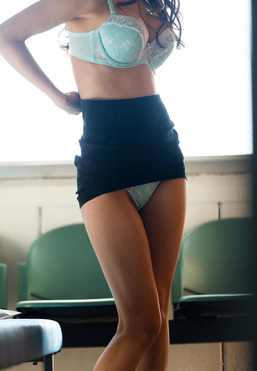 美人秘書がロッカールームで着替えしている一部始終12枚目