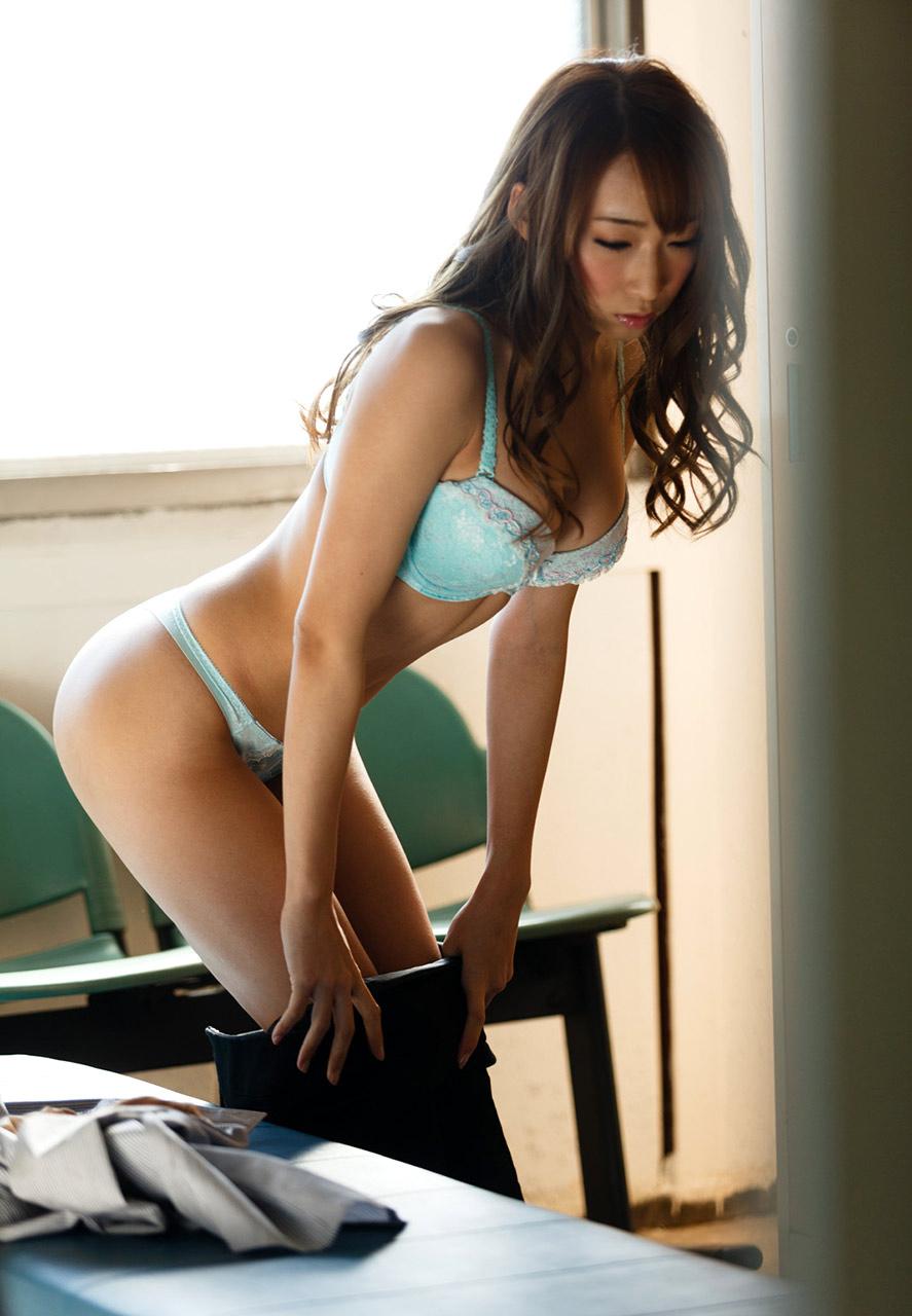 美人秘書がロッカールームで着替えしている一部始終14枚目