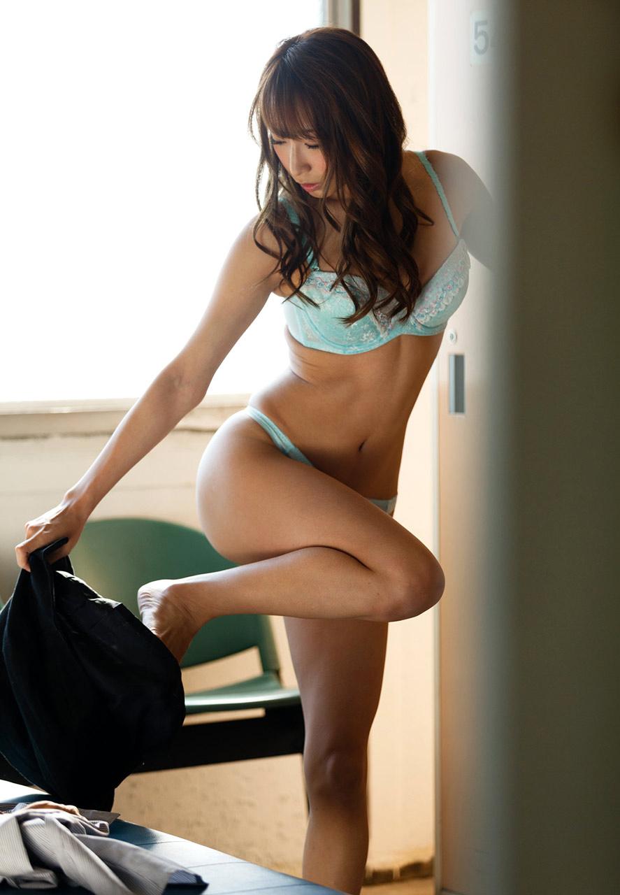 美人秘書がロッカールームで着替えしている一部始終15枚目