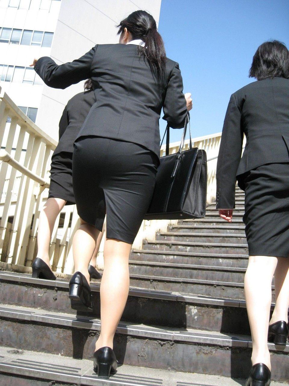 就活追い込み中で忙しく街中を動き回るリクスー女子大生1枚目