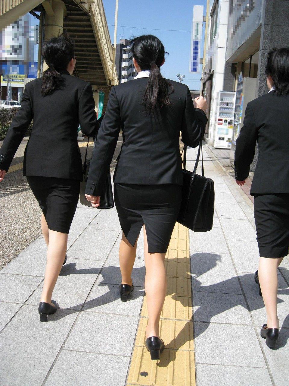 就活追い込み中で忙しく街中を動き回るリクスー女子大生3枚目