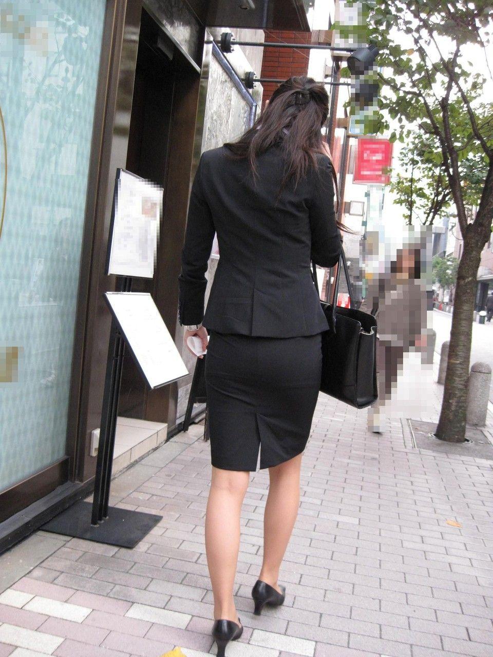 就活追い込み中で忙しく街中を動き回るリクスー女子大生4枚目