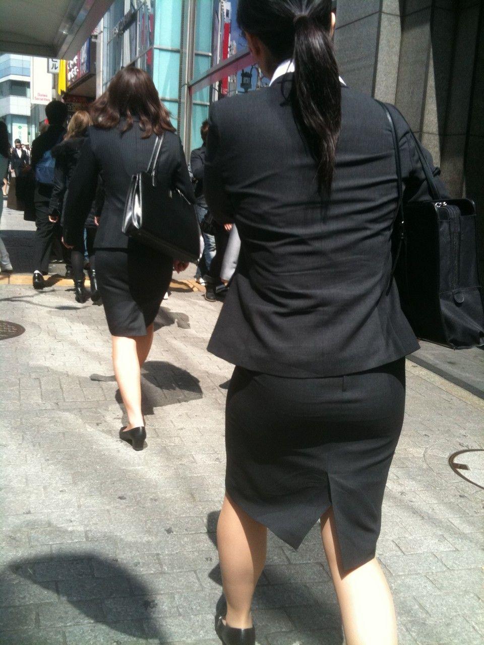 就活追い込み中で忙しく街中を動き回るリクスー女子大生5枚目