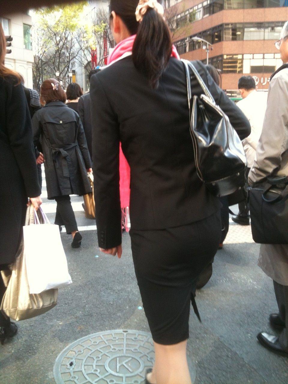就活追い込み中で忙しく街中を動き回るリクスー女子大生6枚目