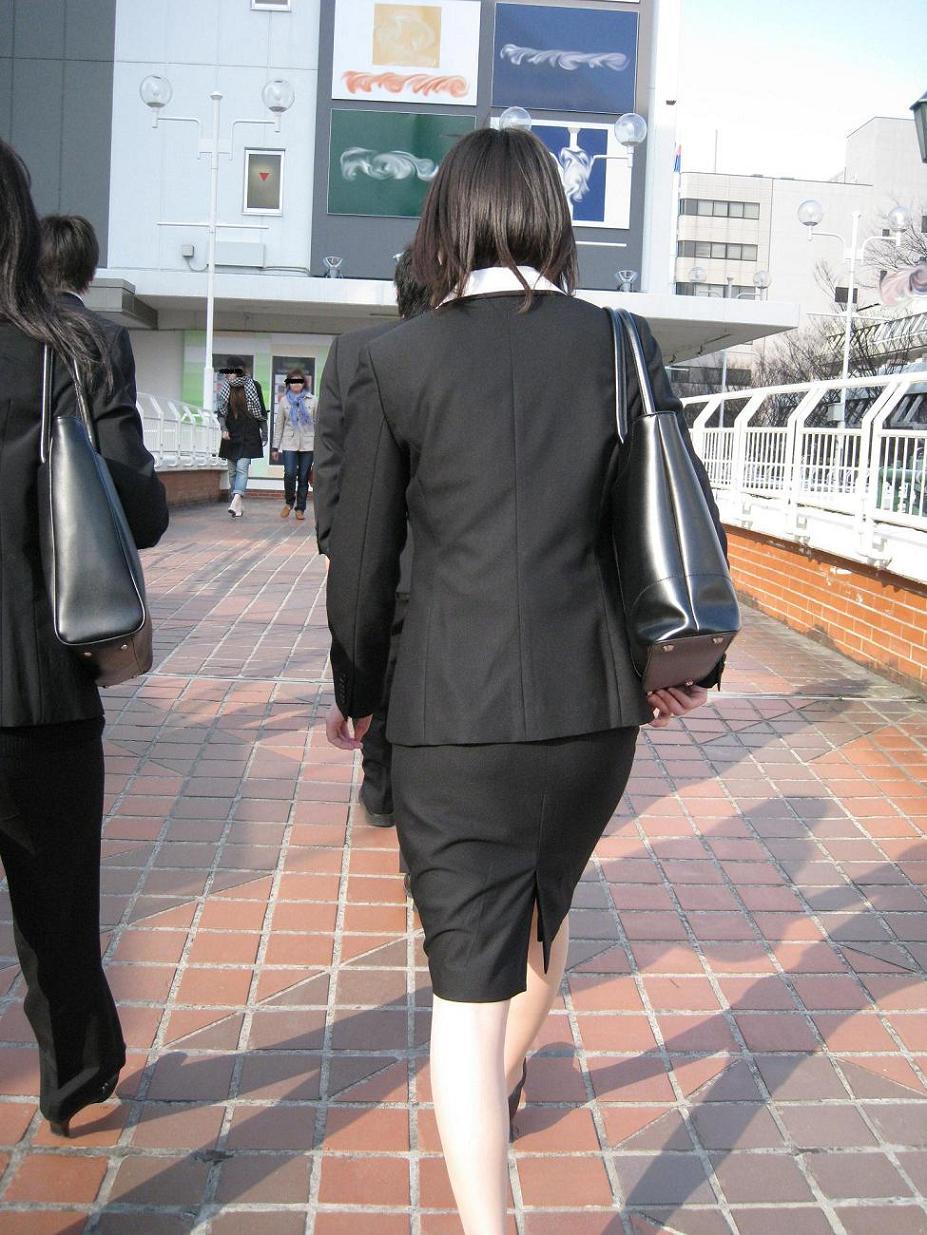就活追い込み中で忙しく街中を動き回るリクスー女子大生8枚目