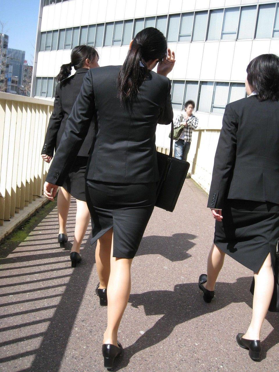就活追い込み中で忙しく街中を動き回るリクスー女子大生12枚目
