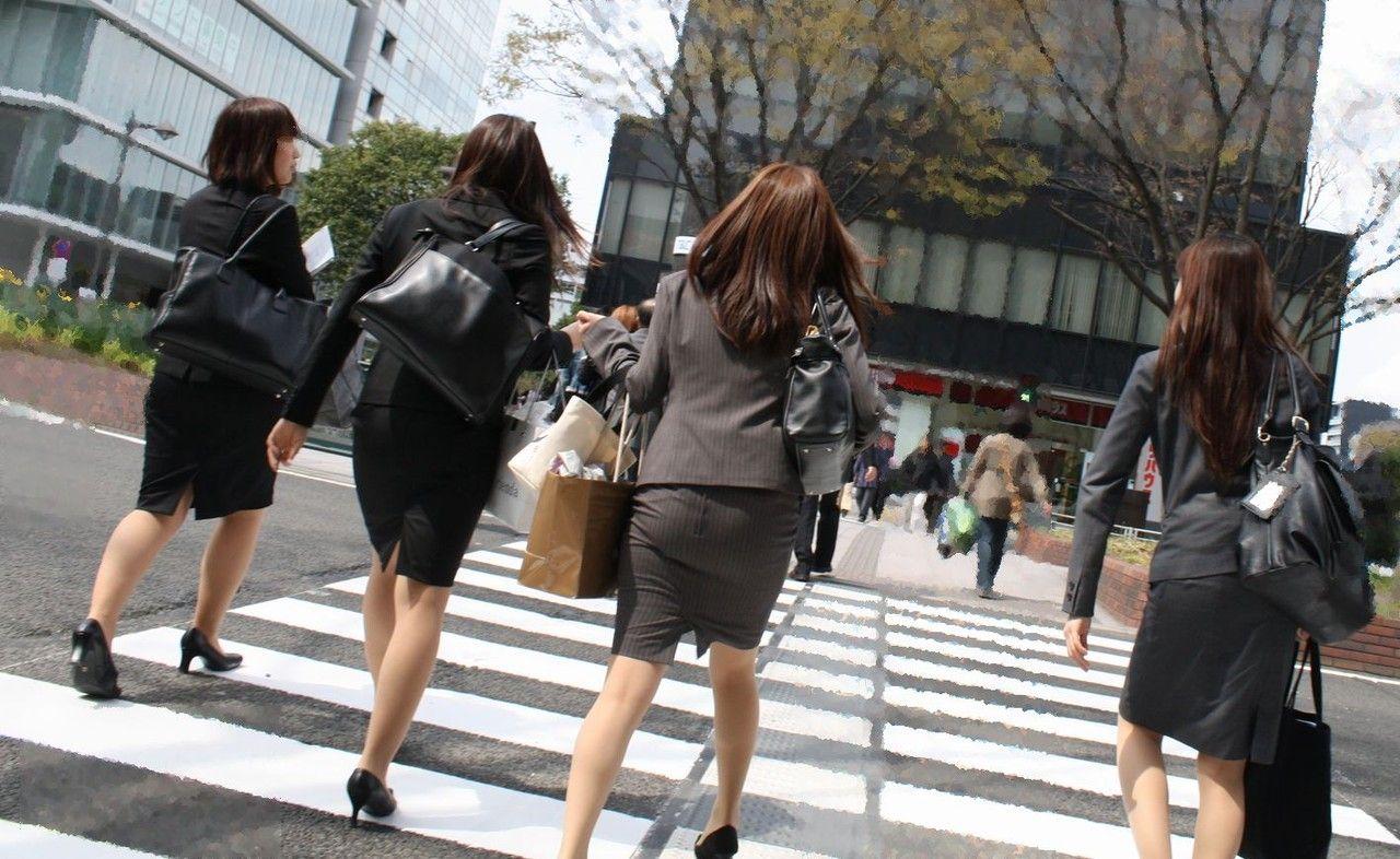 就活追い込み中で忙しく街中を動き回るリクスー女子大生19枚目