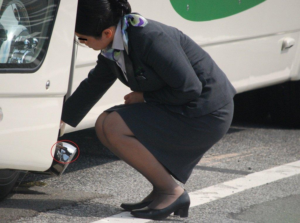 バスの横で働くバスガイドのタイトスカート美脚画像4枚目