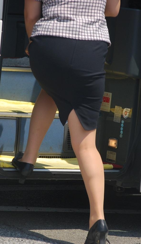 バスの横で働くバスガイドのタイトスカート美脚画像12枚目
