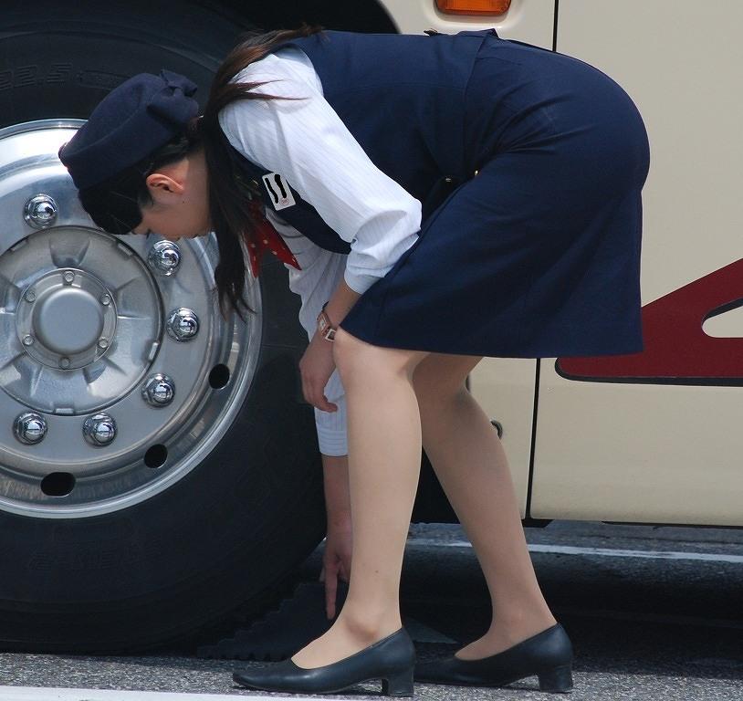 バスの横で働くバスガイドのタイトスカート美脚画像17枚目