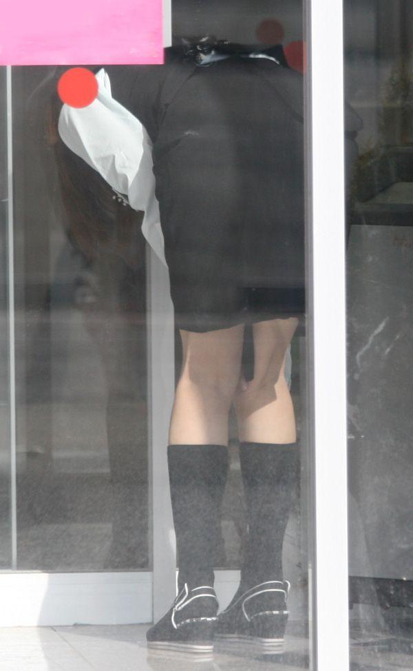 タイトスカートでかがんで掃除するOLお姉さん盗撮6枚目