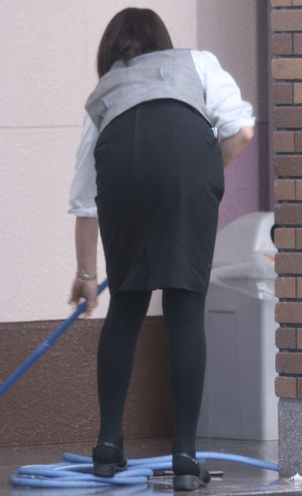 タイトスカートでかがんで掃除するOLお姉さん盗撮7枚目
