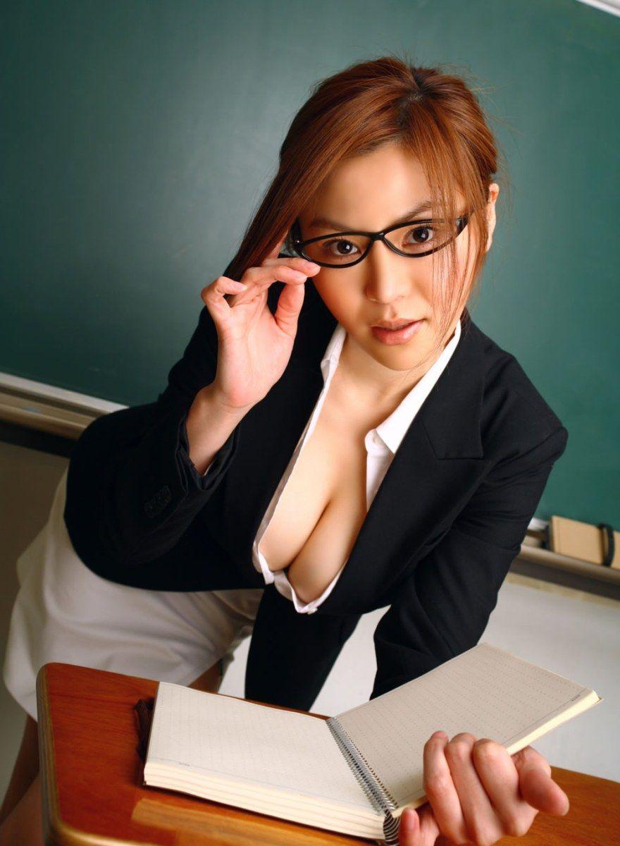 巨乳女教師の谷間が気になって授業に集中できないよ3枚目
