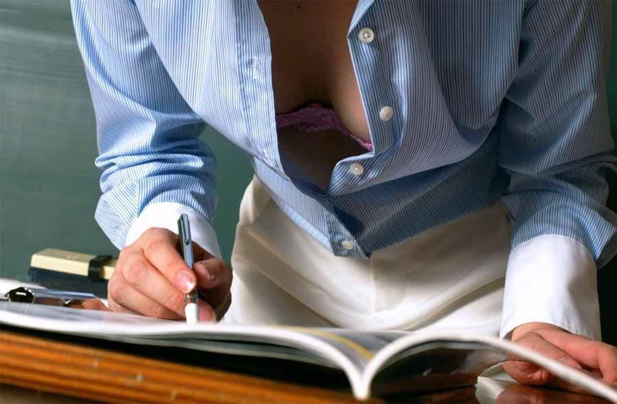 巨乳女教師の谷間が気になって授業に集中できないよ16枚目
