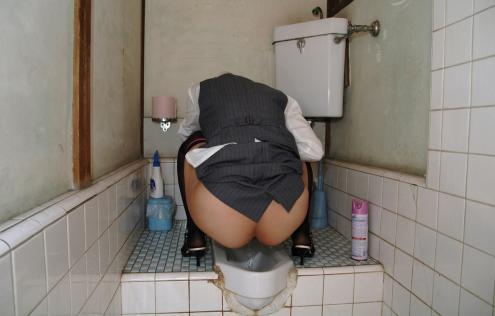 OLお姉さんとバスガイドのトイレ放尿盗撮画像!1枚目