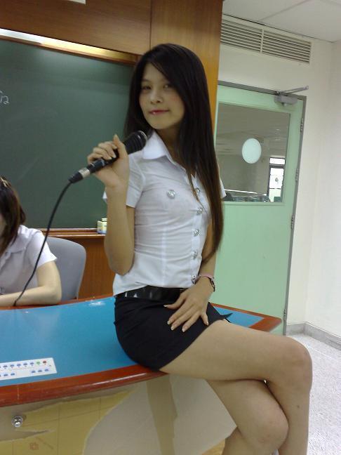 タイ女子大生のタイトスカート白ブラウスが眩しい!1枚目