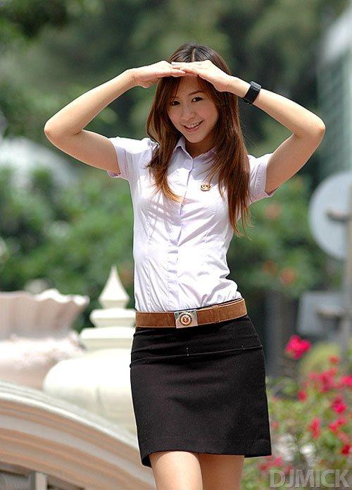 タイ女子大生のタイトスカート白ブラウスが眩しい!4枚目