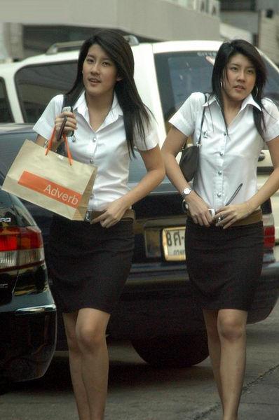 タイ女子大生のタイトスカート白ブラウスが眩しい!10枚目