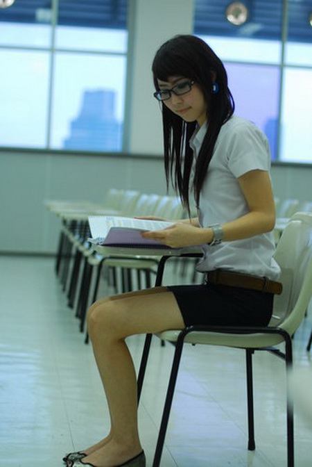 タイ女子大生のタイトスカート白ブラウスが眩しい!14枚目