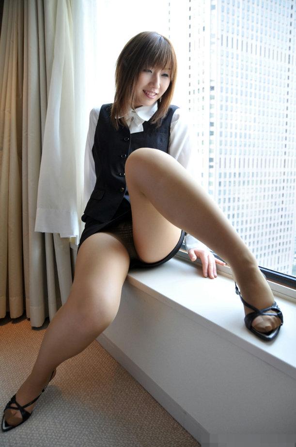 痴女OLお姉さんは足あげパンチラで男性社員を誘惑1枚目