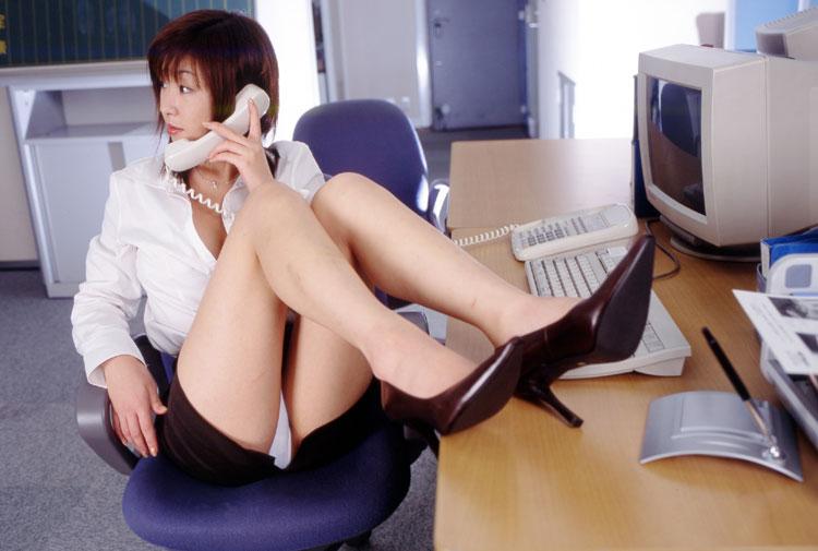 痴女OLお姉さんは足あげパンチラで男性社員を誘惑5枚目